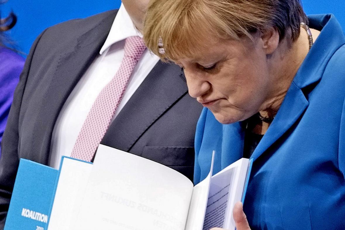 Angela Merkelová s koaliční smlouvou
