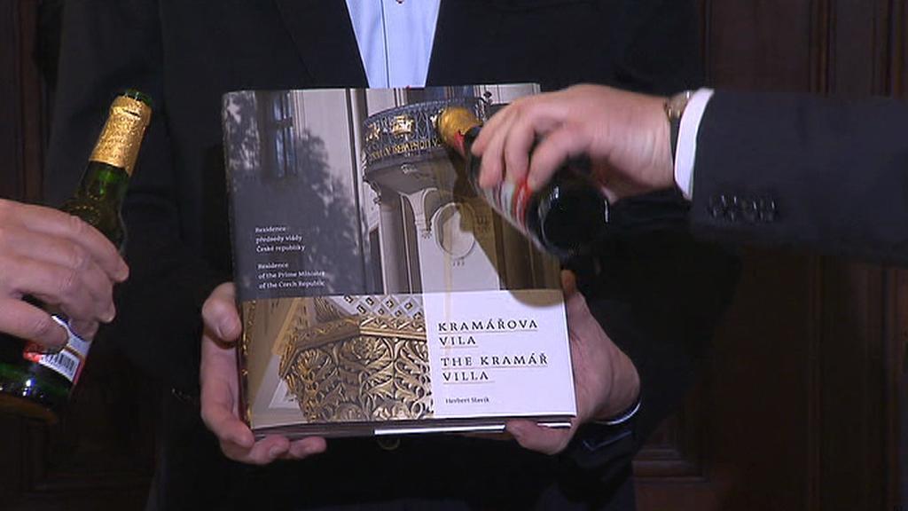 Zeman a Rusnok křtí knihu fotografií pivem