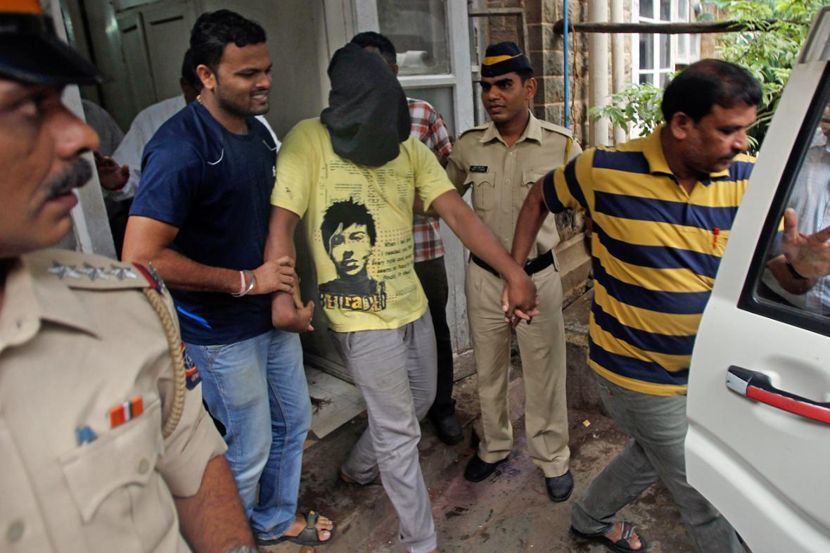 Indická policie eskortuje muže obviněného ze znásilnění reportérky