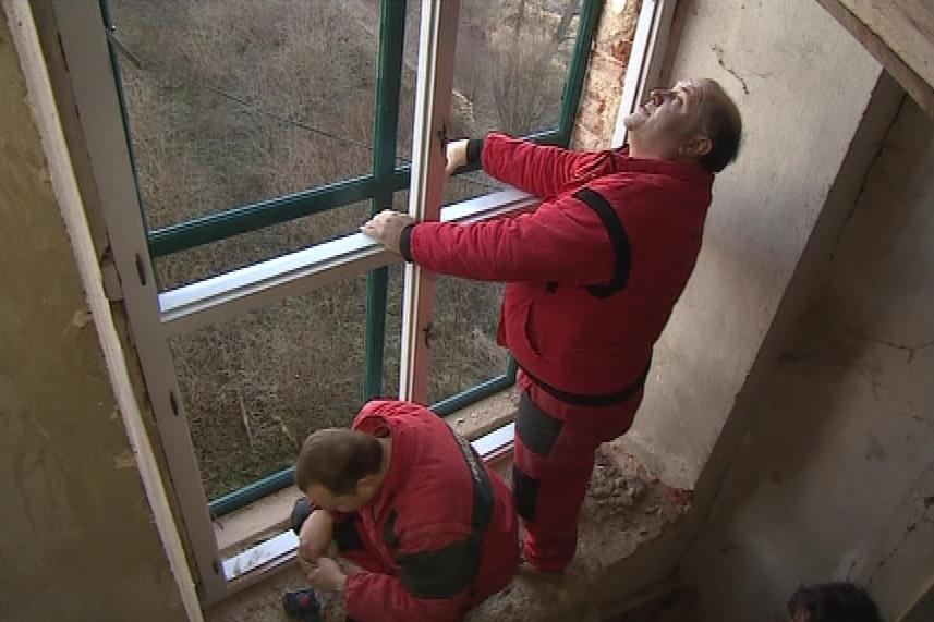 Dělníci vyměnili poslední dvě okna