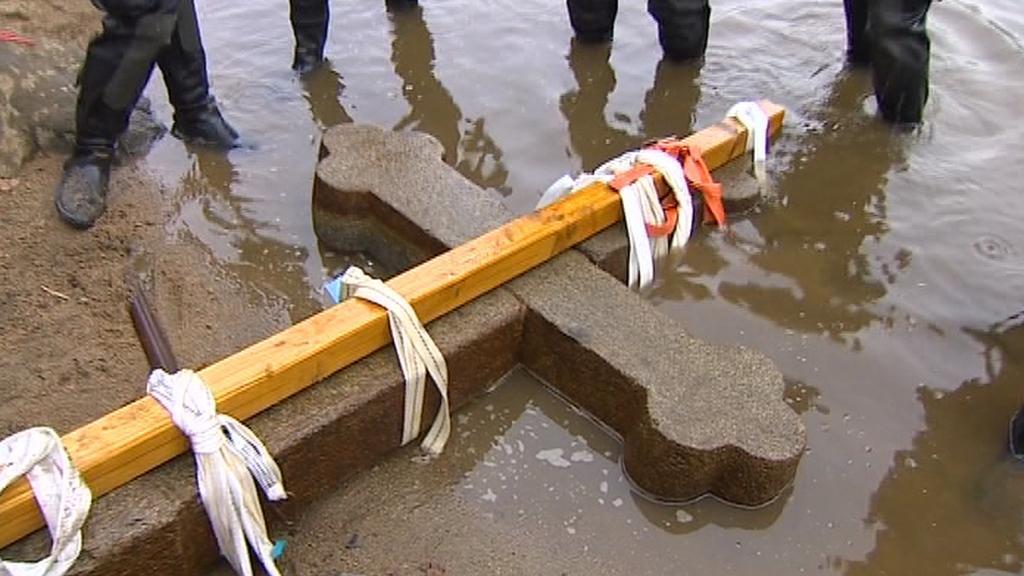 Potapěči vylovili kříž z Orlíku
