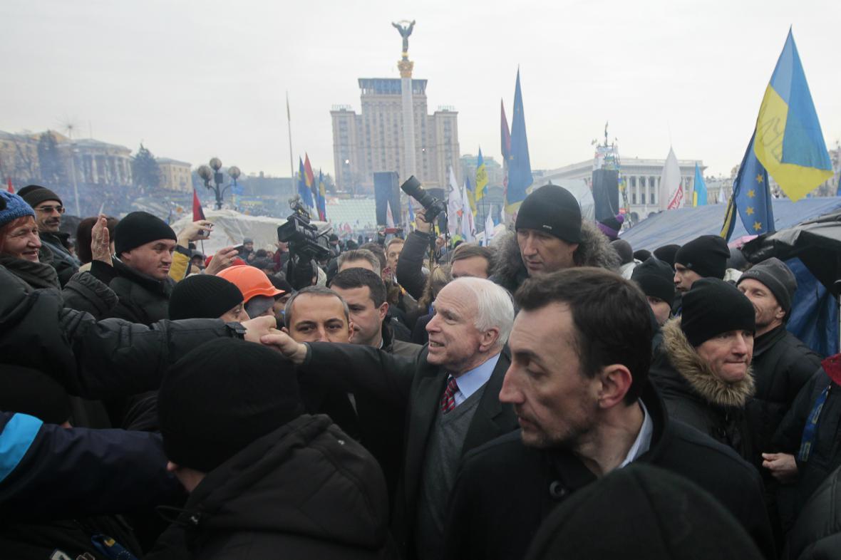 John McCain mezi demonstranty v Kyjevě