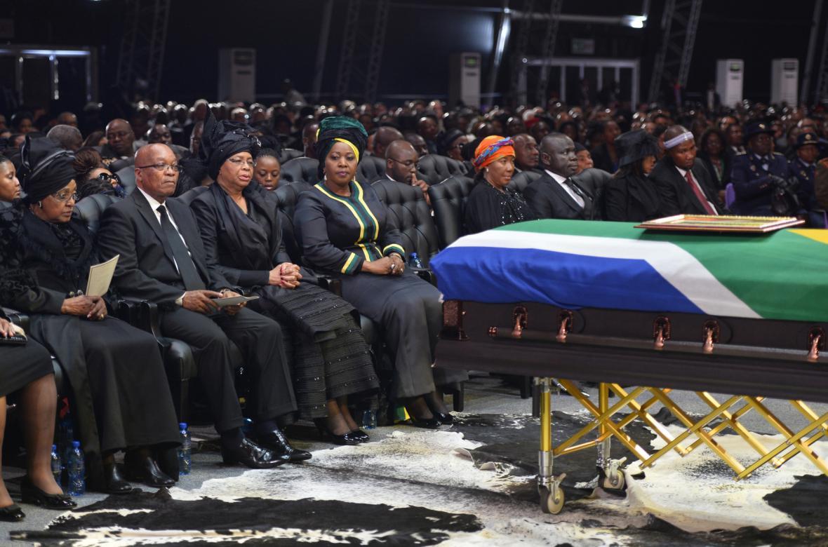 Prezident JAR Jacob Zuma (druhý zleva) s příbuznými Nelsona Mandely