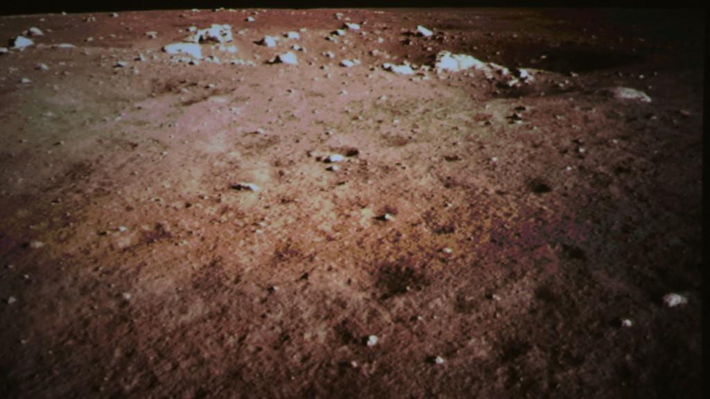 Čínský modul pořídil fotografie povrchu Měsíce