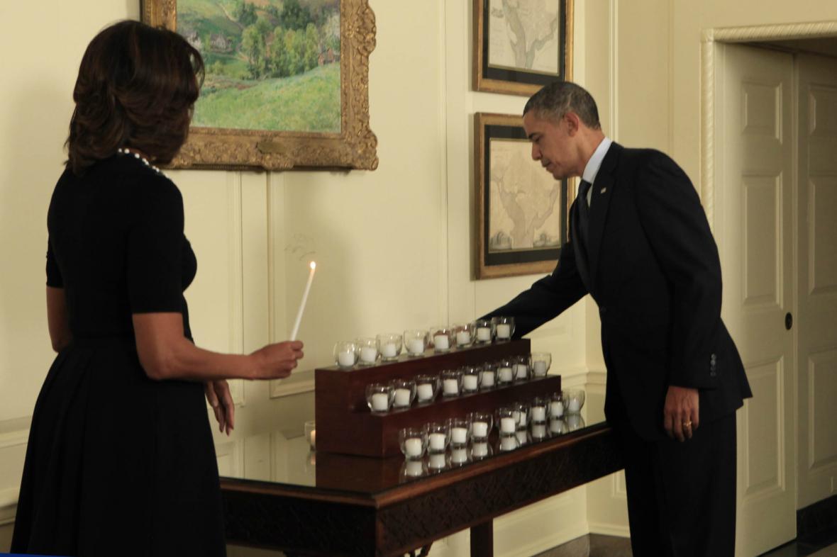 Barrack a Michelle Obamovi zapálili svíčky za oběti z Newtownu