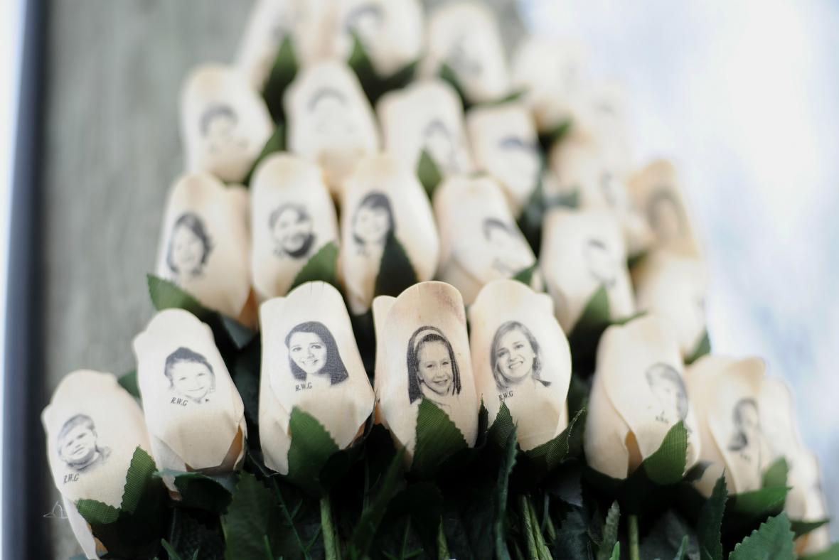 Výročí střelby na škole Sandy Hook v Newtownu