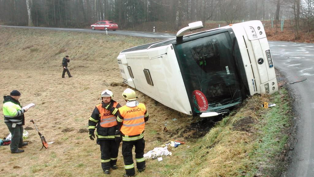 Převrácený autobus na Liberecku