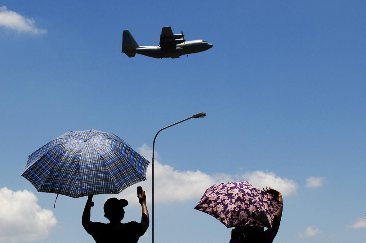 Jihoafričané doprovázejí Mandelu na poslední cestě