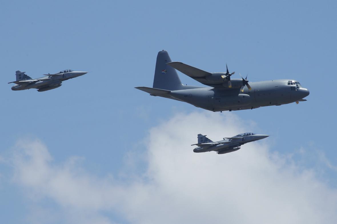 Letadlo s rakví Nelsona Mandely doprovodily do Mthathy stíhačky
