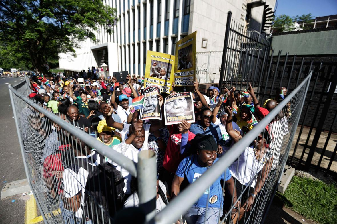 Jihoafričané se přišli naposledy rozloučit s Mandelou