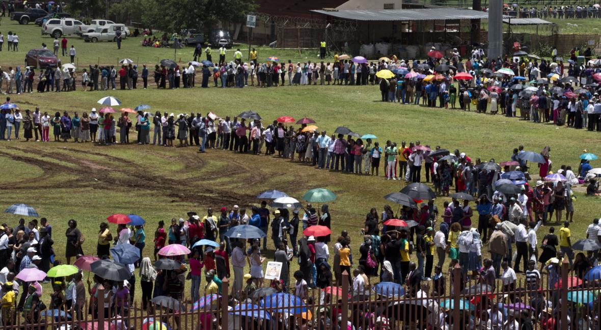 Jihoafričané čekají ve frontě, aby se mohli poklonit Mandelovi