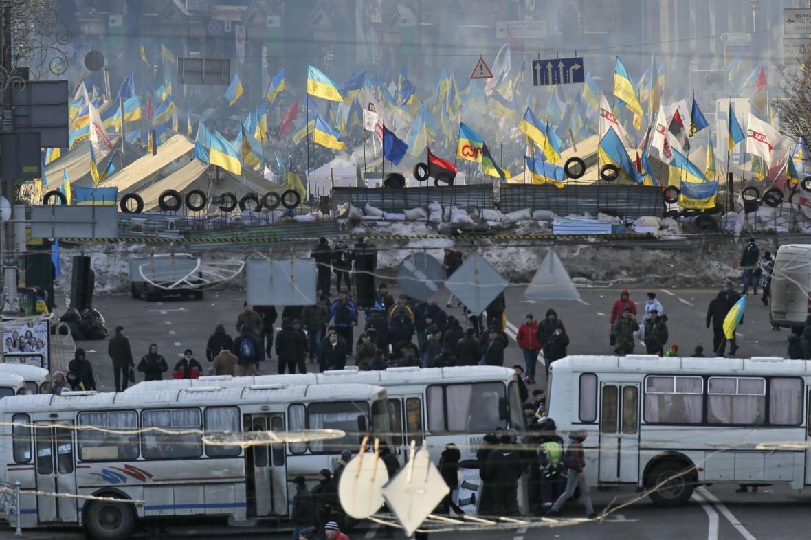 Akci opozice a příznivců vlády oddělovaly jenom barikády z autobusů
