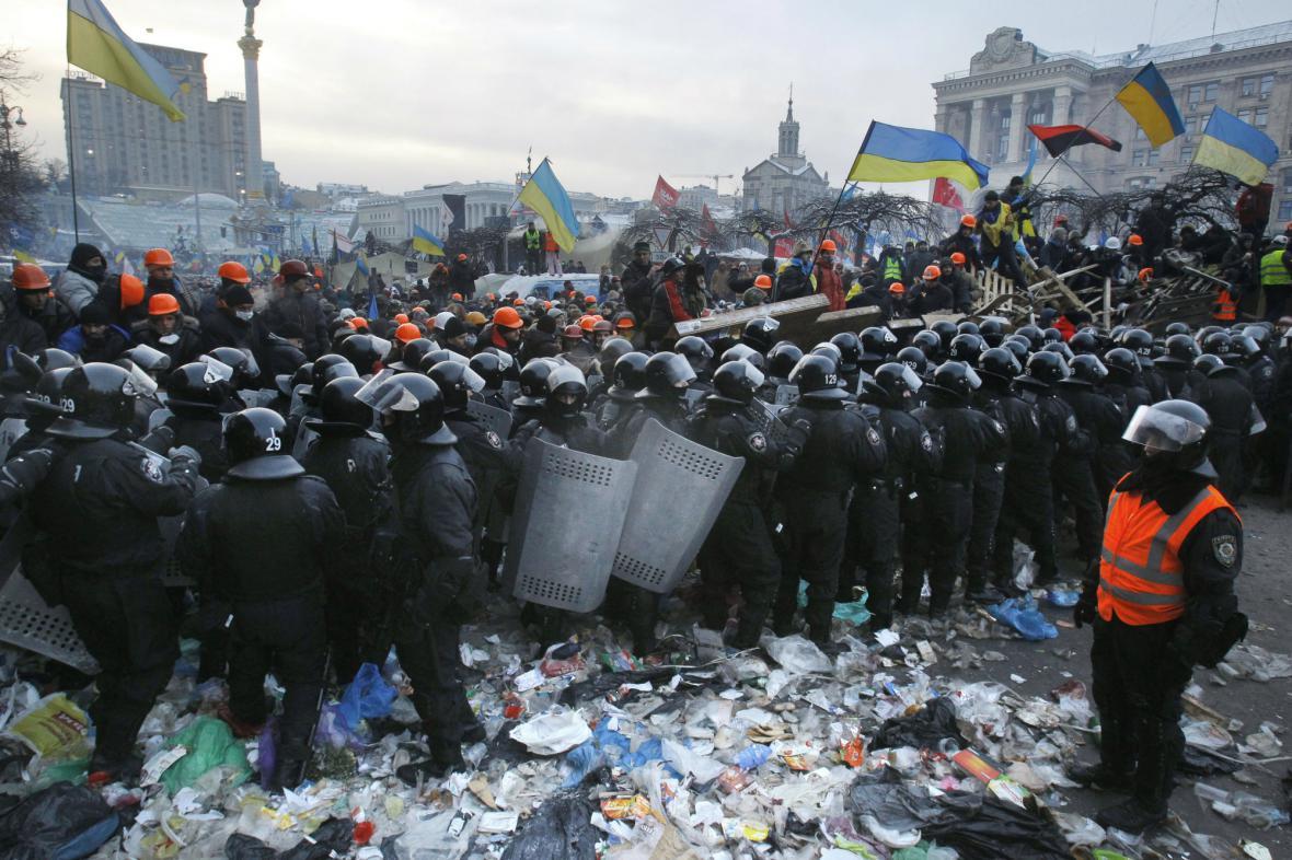 Těžkooděnci zasahují v Kyjevě proti demonstrantům