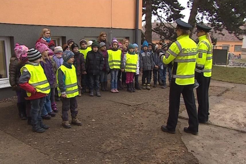 Policistky učí děti správně přecházet