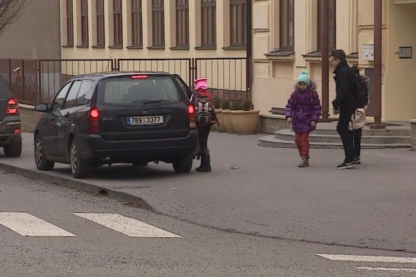 Rodiče vozící děti do školy nemají kde zastavit