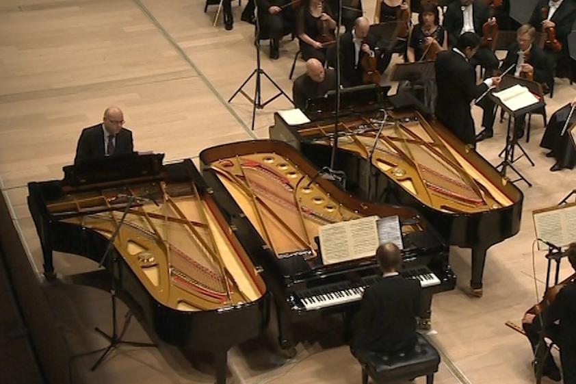 Sehnat tři koncertní klavíry byl ze začátku problém
