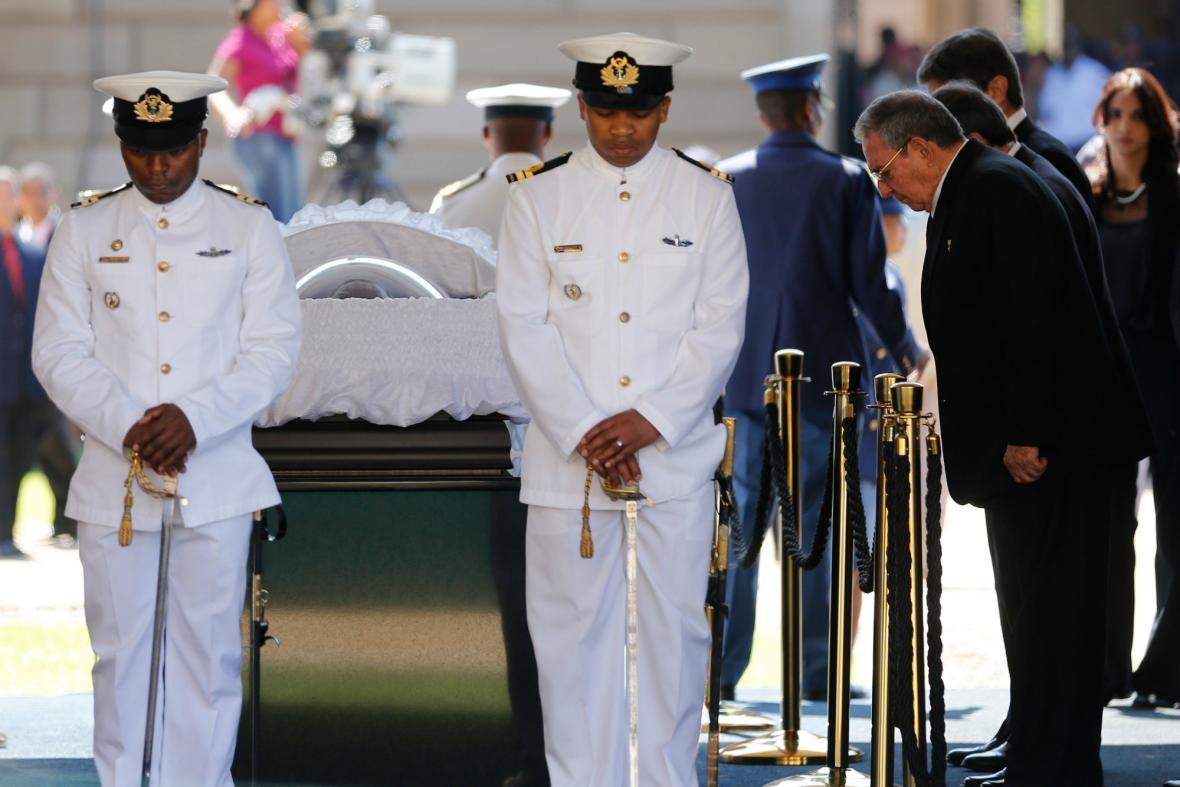 Raúl Castro se přišel poklonit ostatkům Nelsona Mandely