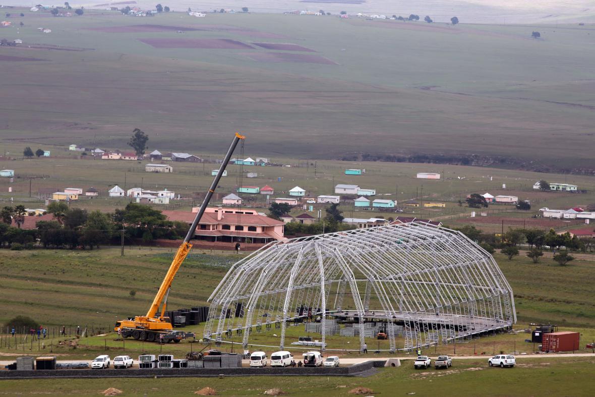 V Qunu roste hala pro Mandelův pohřeb