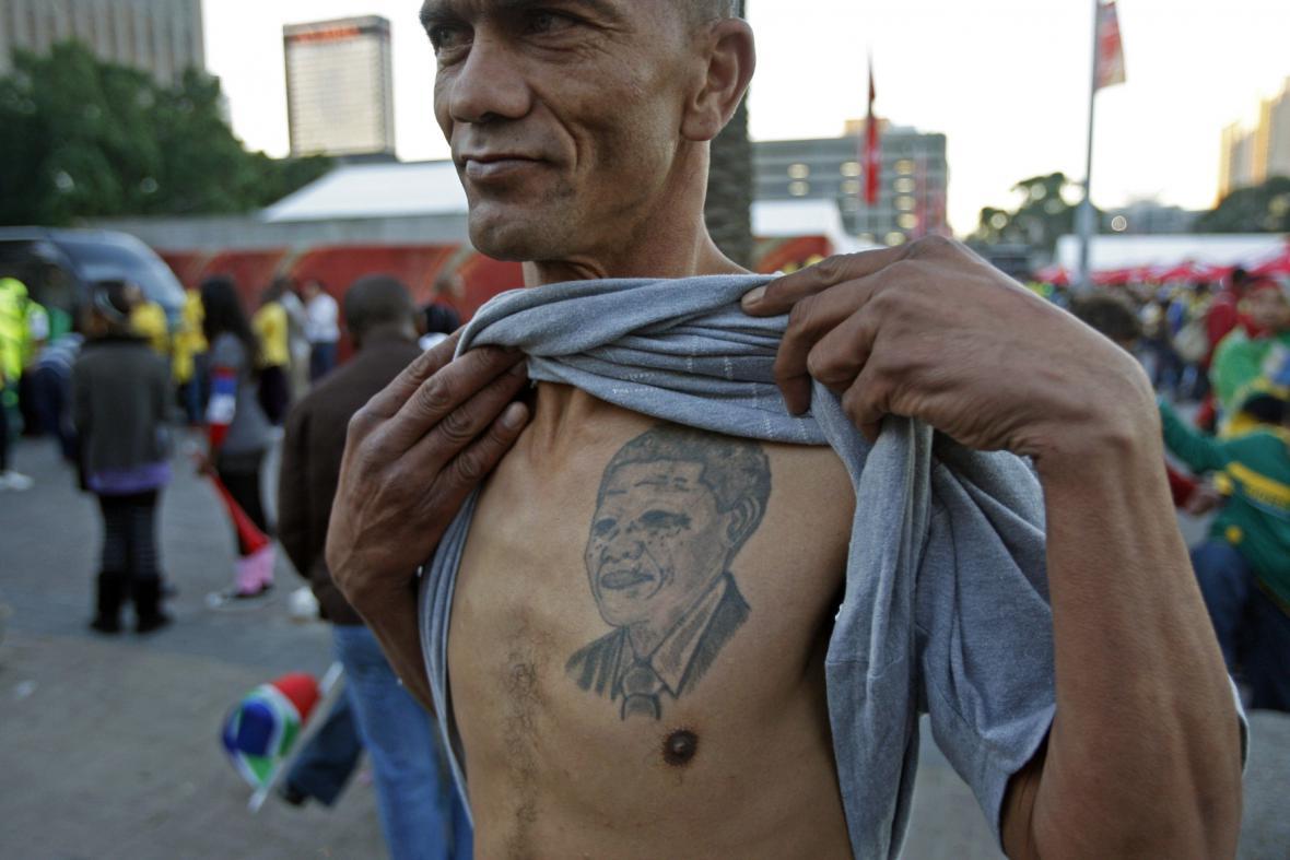 Někteří mají i Mandelovo tetování