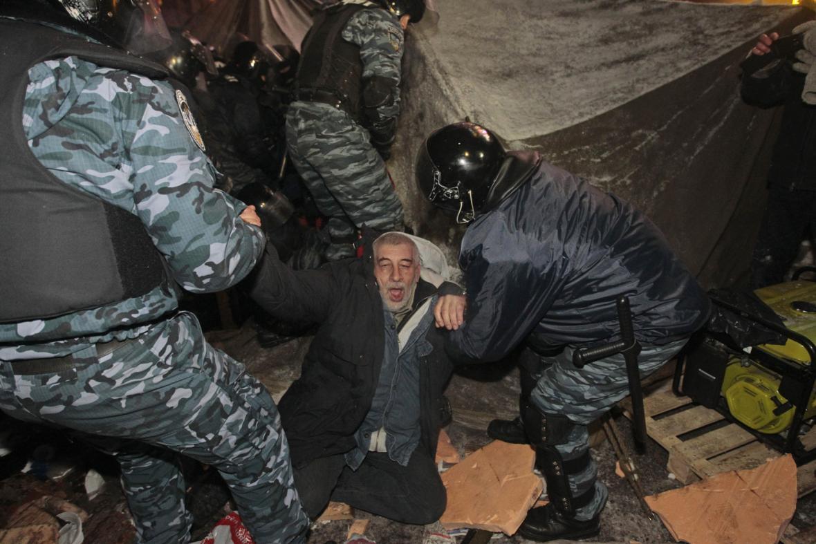 Zásah ukrajinské policie na náměstí Nezávislosti