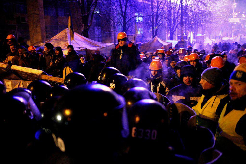 K barikádám se přiblížili policejní těžkooděnci