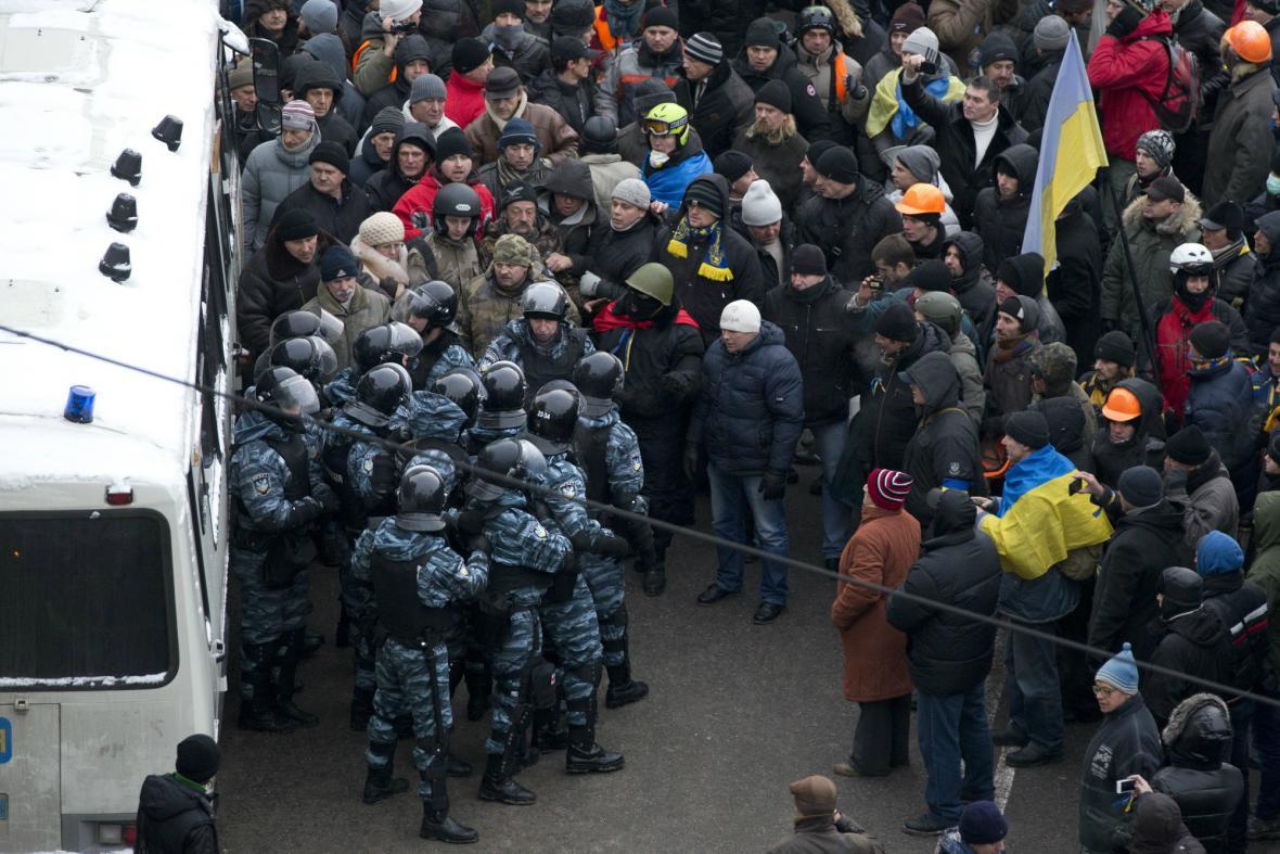 Proti demonstrantům na náměstí Nezávislosti zasáhli těžkooděnci