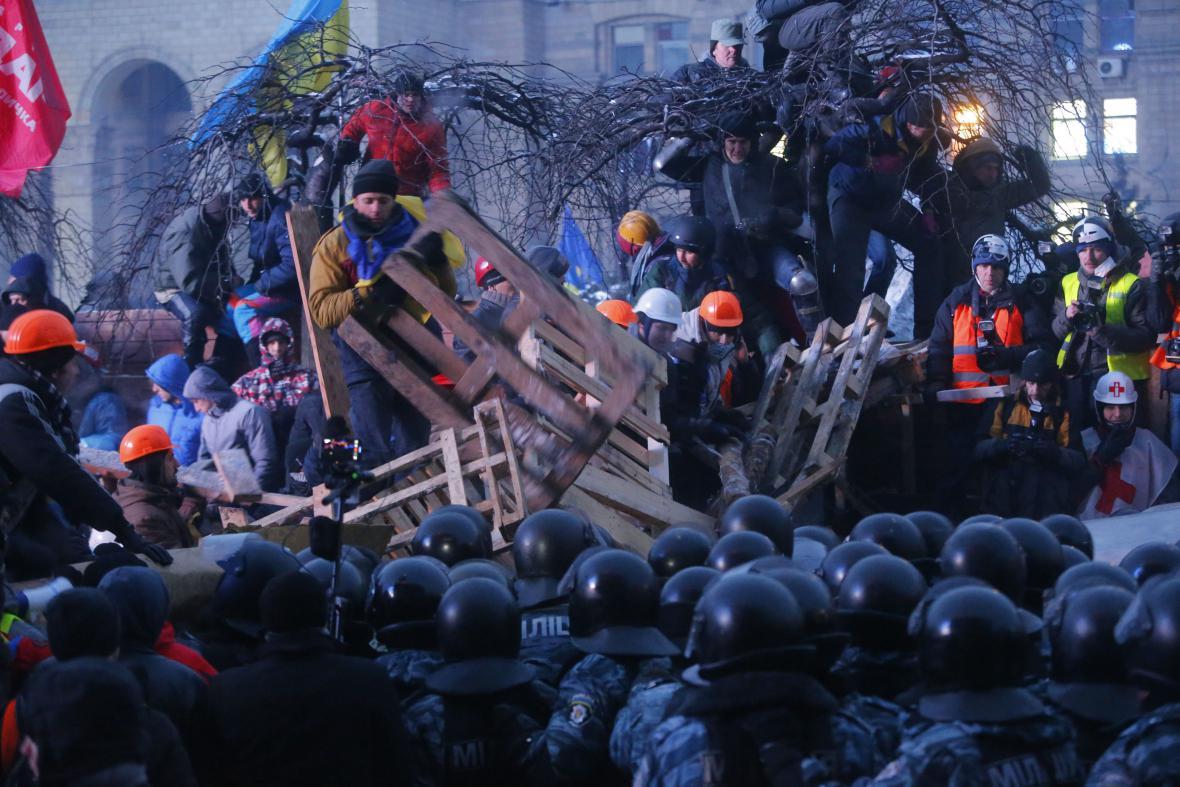 Těžkooděnci zasahují v centru Kyjeva proti demonstrantům na barikádách