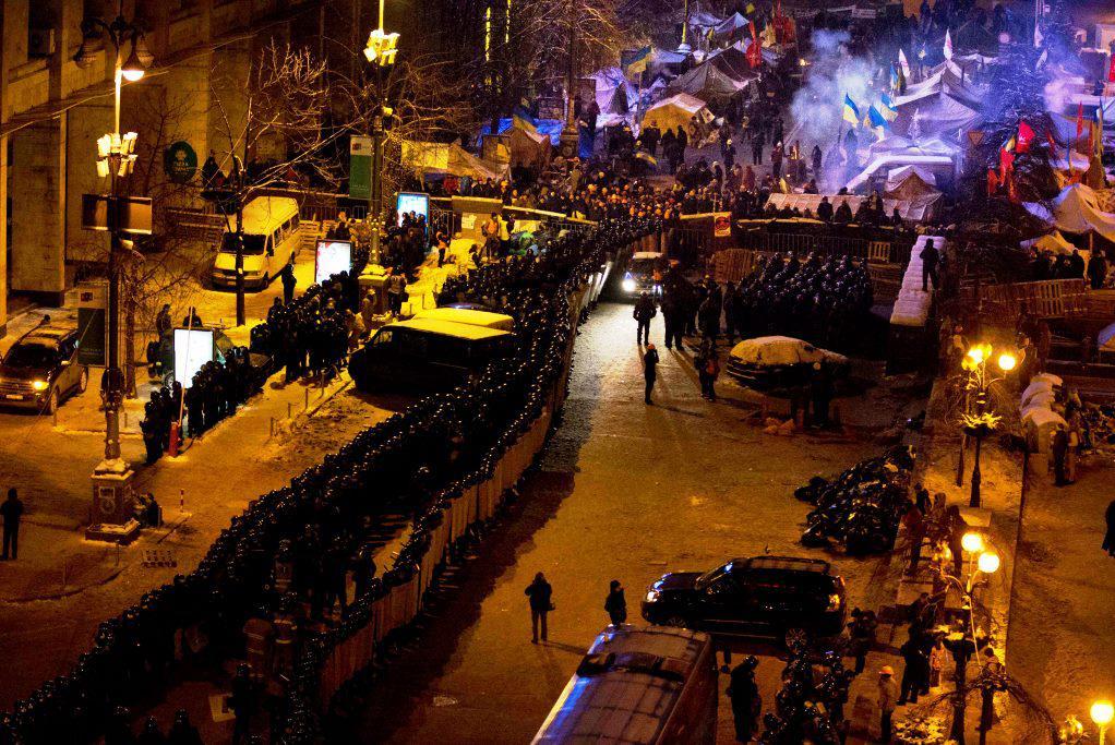 Policisté u kempu demonstrantů v centru Kyjeva