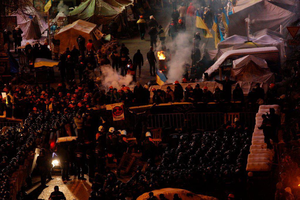 Stovky policistů se snaží v centru Kyjeva rozebírat barikády demonstrantů