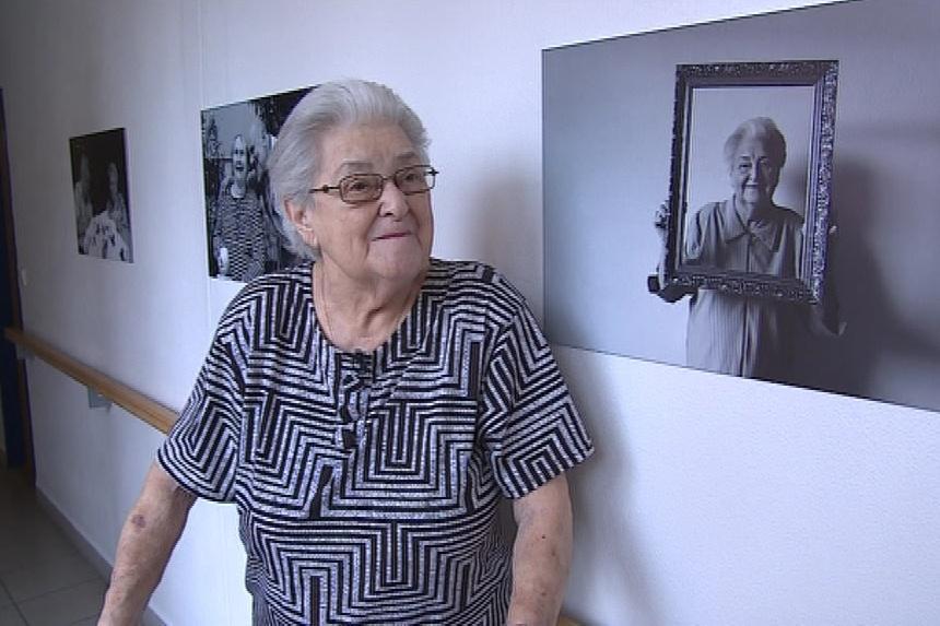 Jedna z fotografovaných seniorek
