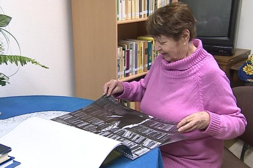 Kalendář je plný černobílých portrétů