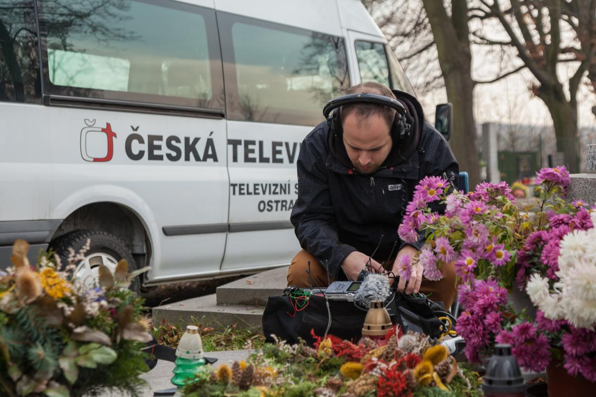 Zvukař Jakub Krajíček při natáčení na hřbitově