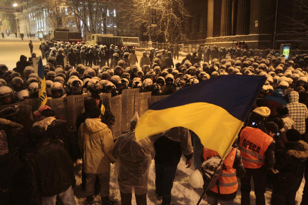 Policie vytlačuje demonstranty z kyjevské vládní čtvrti
