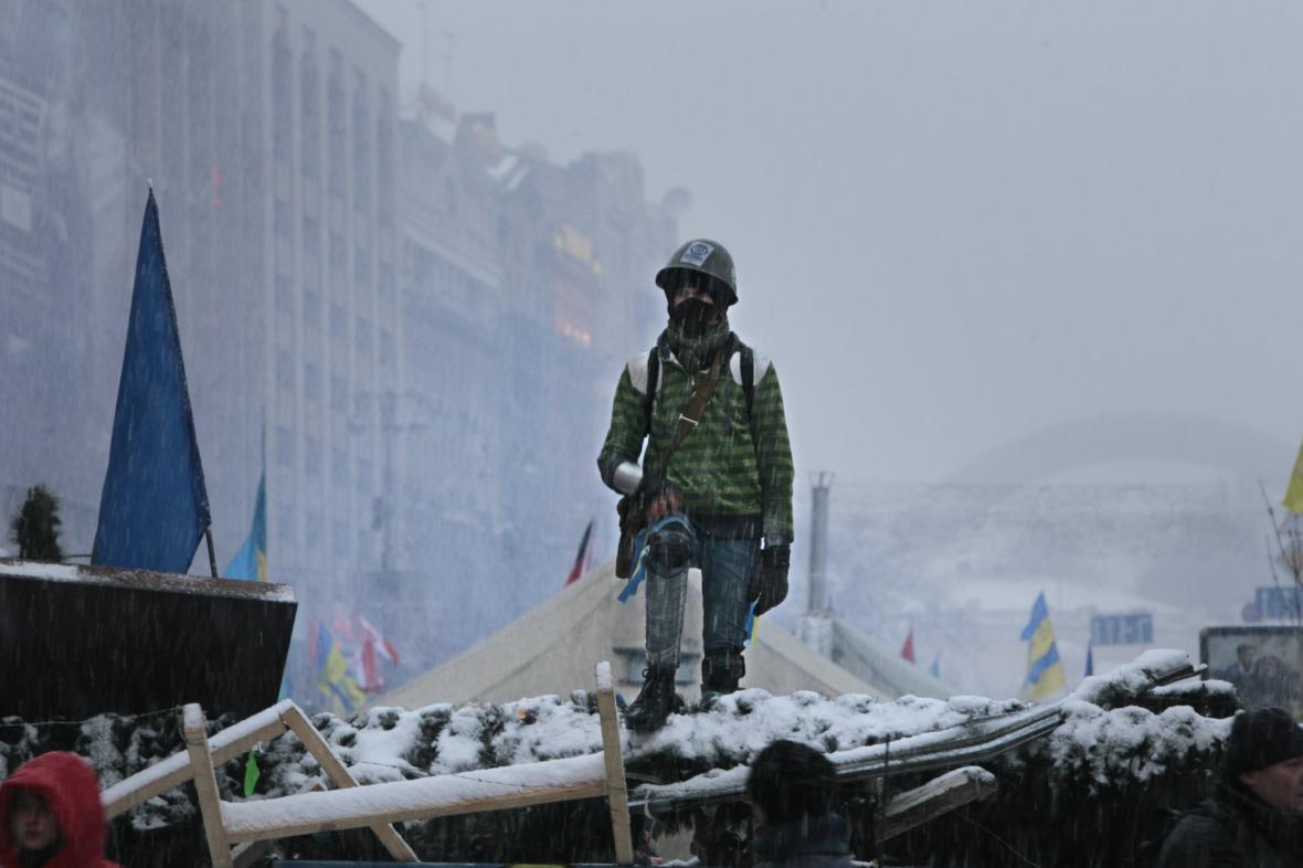 Ukrajinský proevropský demonstrant na barikádě v centru Kyjeva