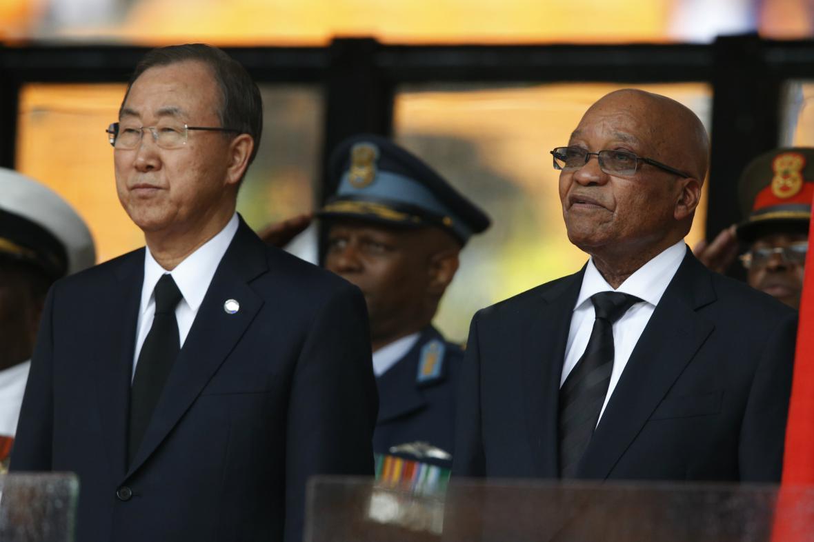 Pan Ki-mun a Jacob Zuma na rozloučení s Nelsonem Mandelou