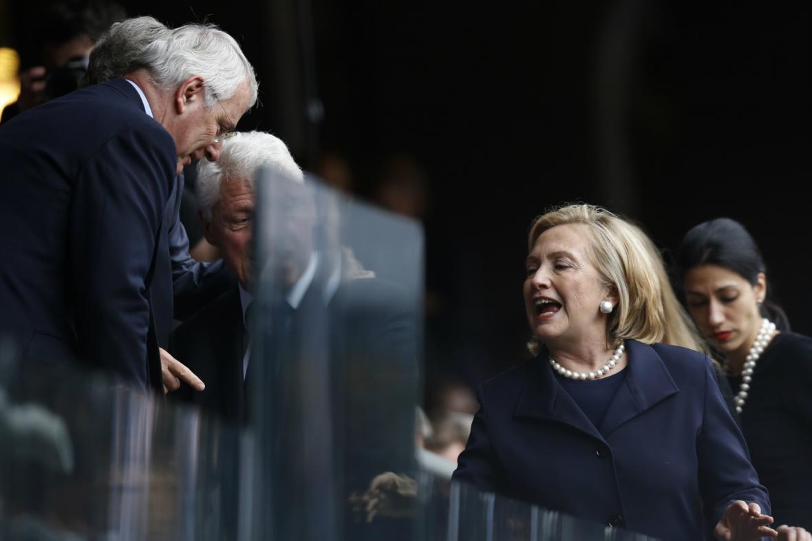 John Major zdraví Clintonovy na rozloučení s Nelsonem Mandelou