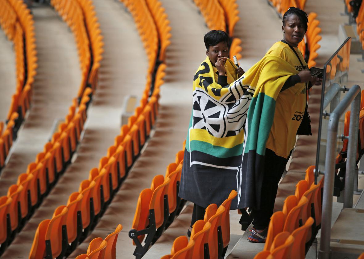 Ženy si zabírají místa na stadionu v Sewetu