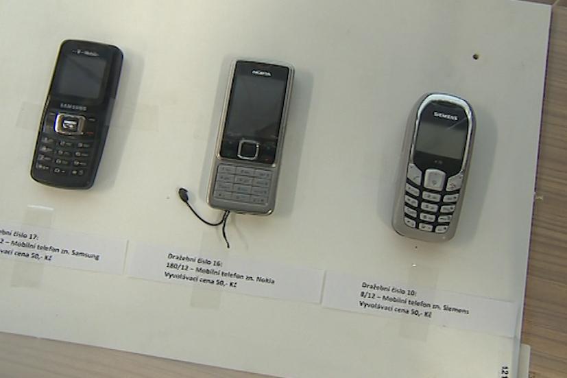 Dražily se i mobilní telefony