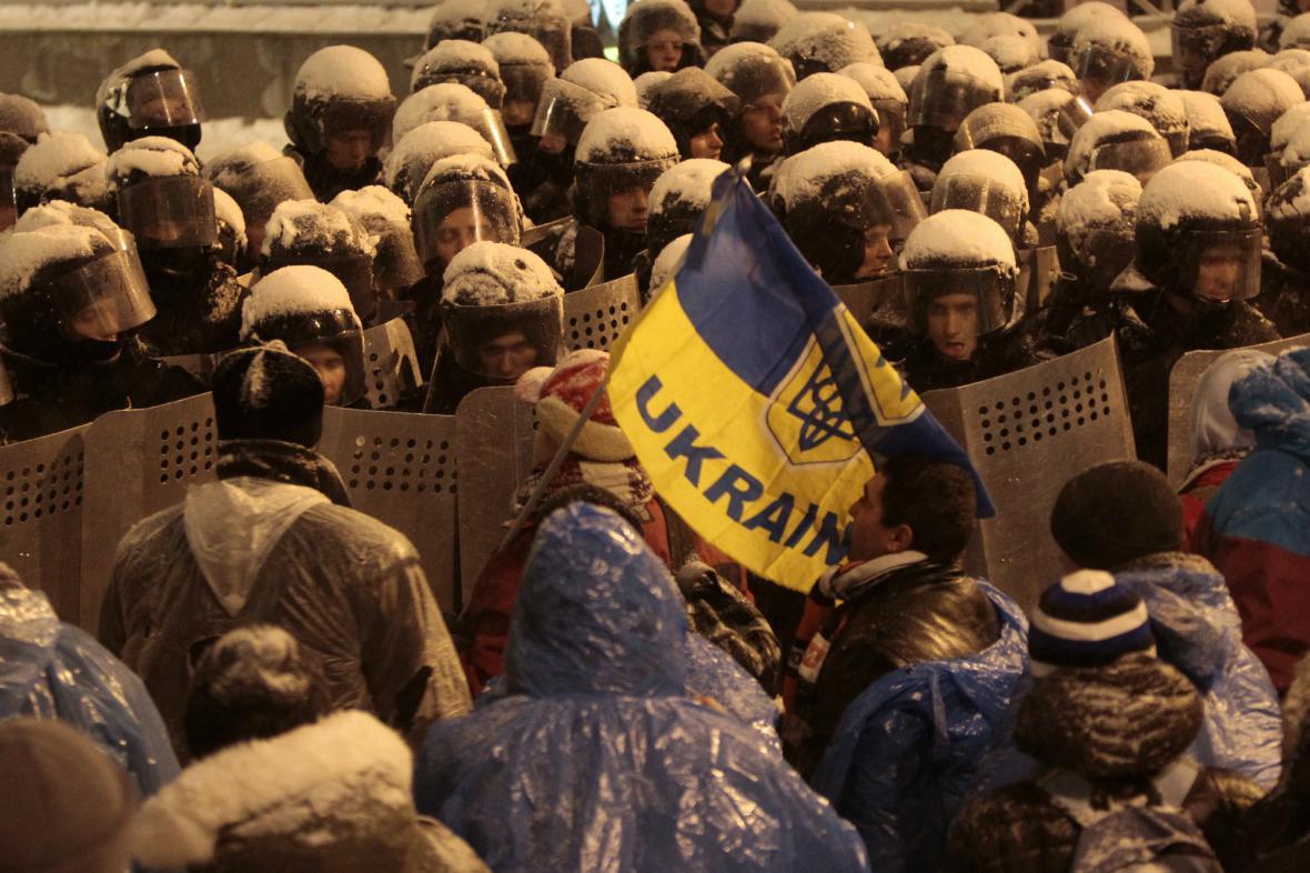 Ukrajinská policie vytlačuje demonstranty od vládních budov