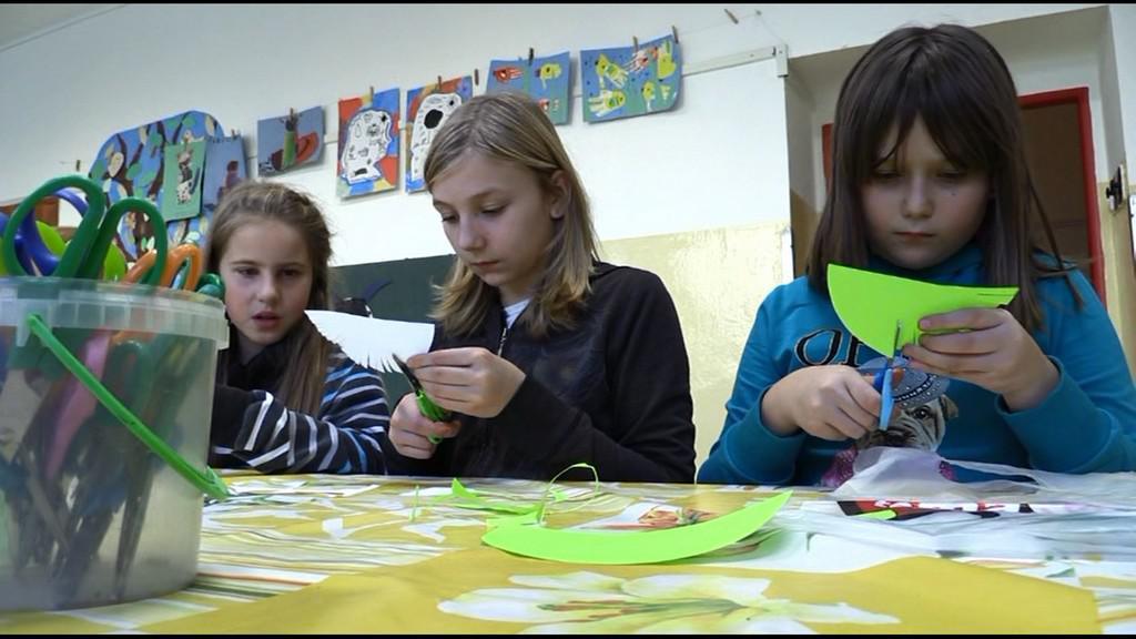 Děti ze ZŠ Okříšky vyrábějí vánoční dárky