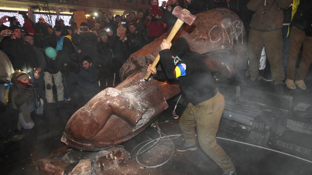 Demonstranti ničí sochu Lenina