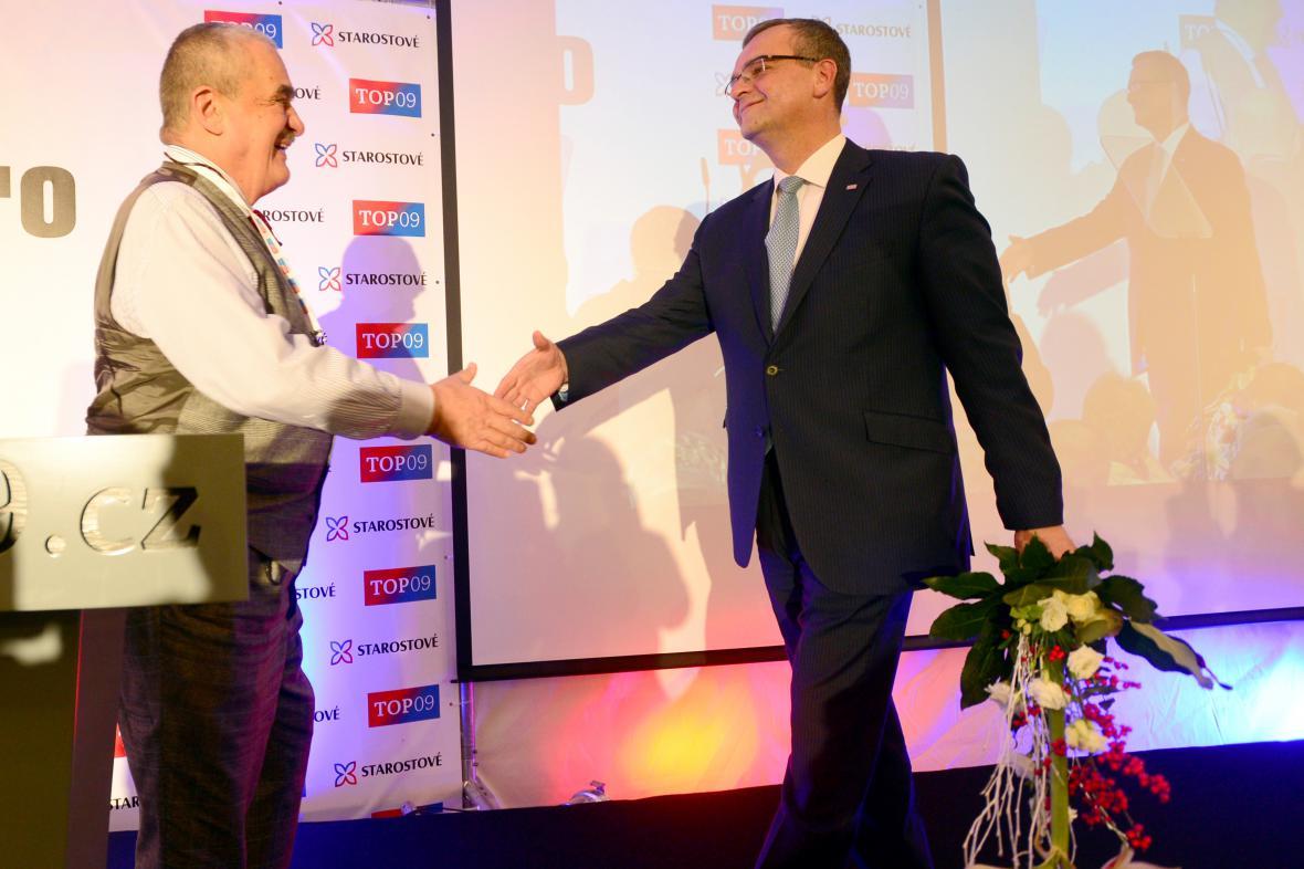 Karel Schwarzenberg přijímá gratulace od Miroslava Kalouska