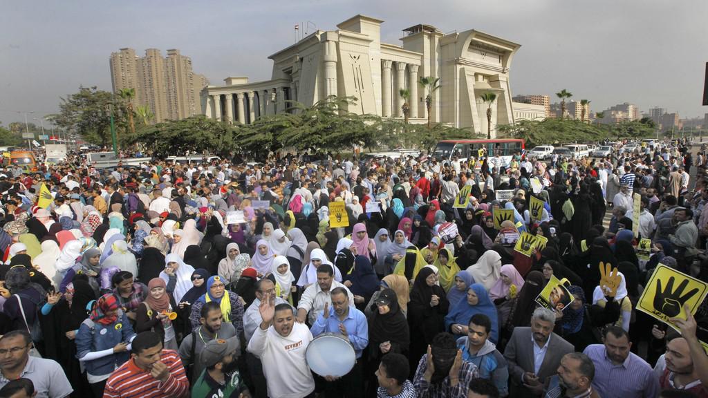 Demonstrace před soudem s Mursím