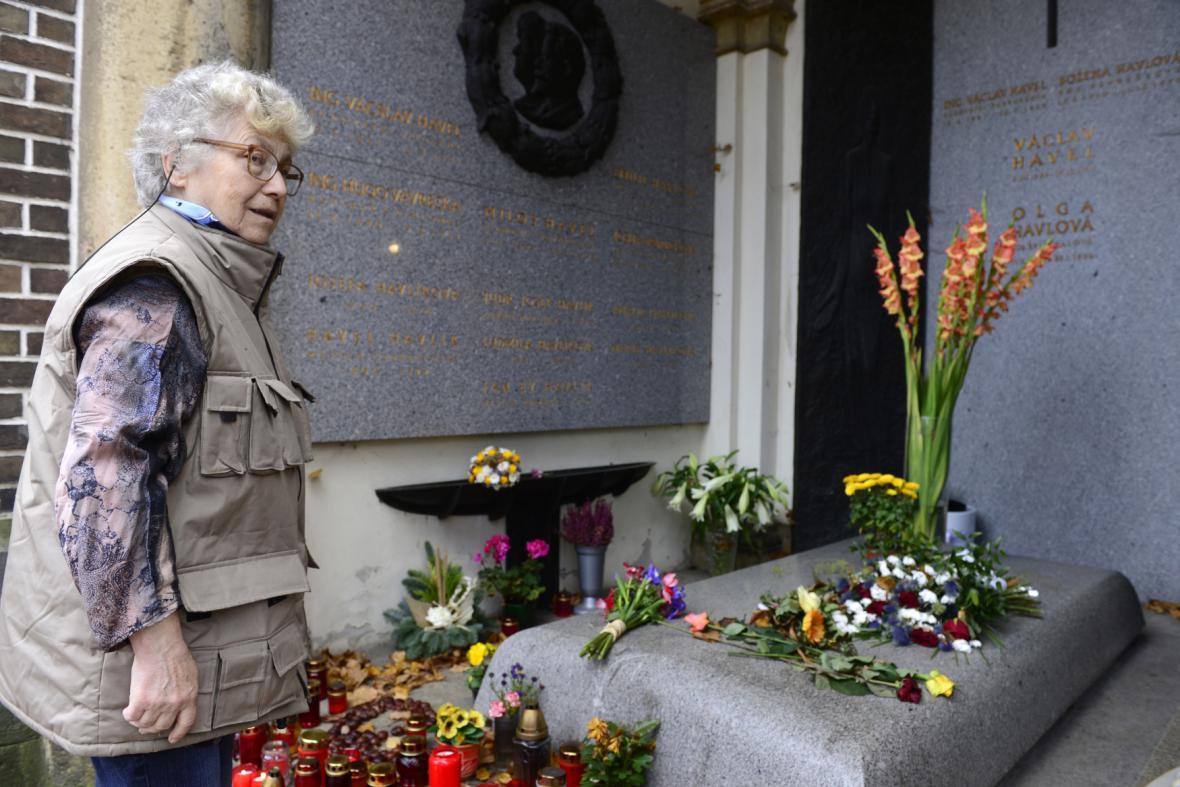 Natalija Gorbaněvská u hrobu rodiny Havlových