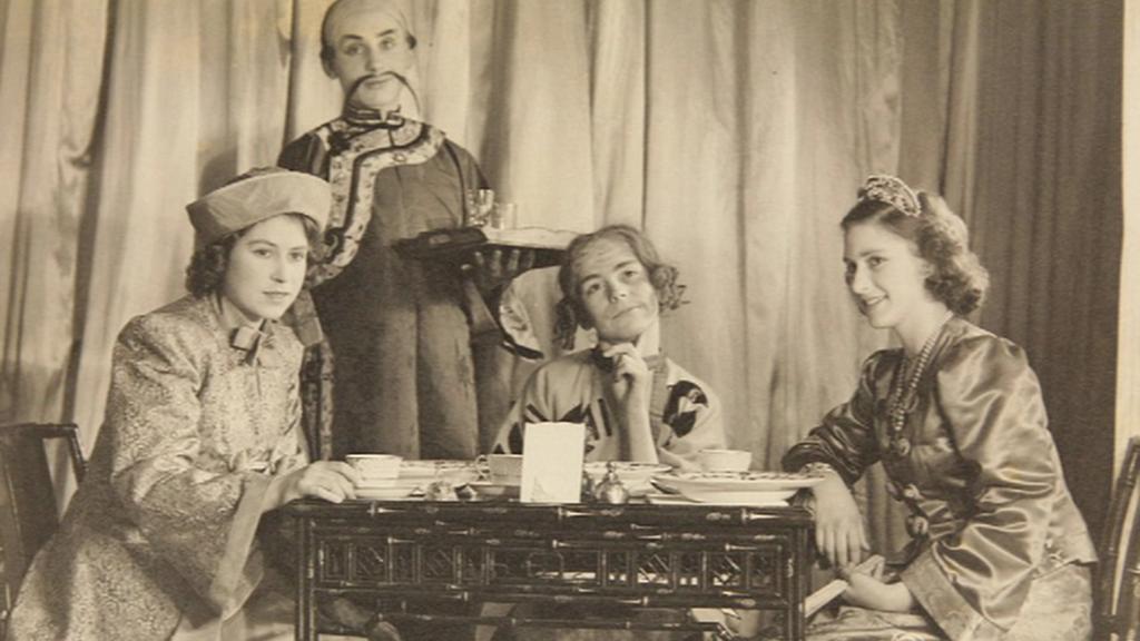 Alžběta (zcela vlevo) na fotografii z představení