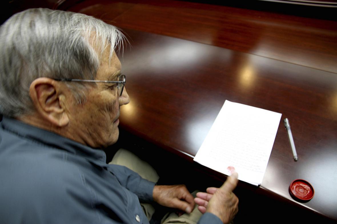 Oficiální foto agentury KCNA: Otisk Newmanova palce na dokument