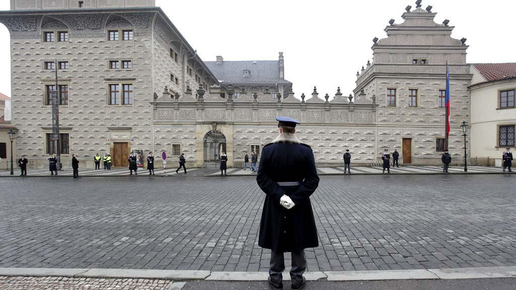 Čekání na Miloše Zemana před Schwarzenberským palácem