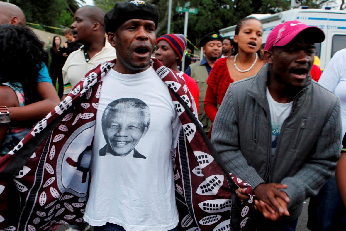 Truchlící lidé před domem Nelsona Mandely v Johannesburgu