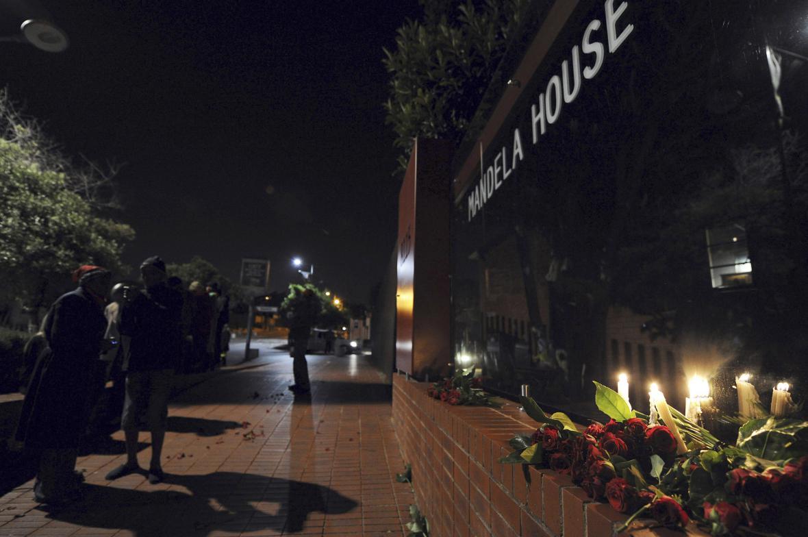 Svíčky a květiny před bývalým domem Nelsona Mandely ve čtvrti Soweto