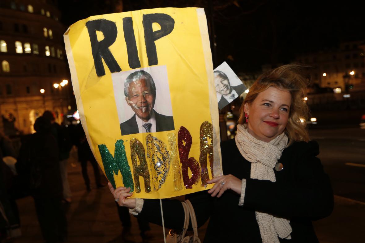 Lidé v ulicích Londýna vyjadřují zármutek nad úmrtím Nelsona Mandely